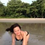 女友度假时发的泳装照 请大家评鉴